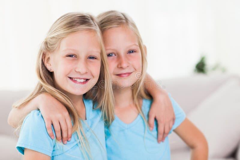 Gemelos felices que se abrazan foto de archivo