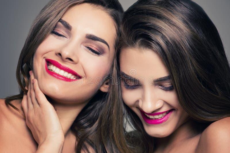 Gemelos hermosos de la hermana con sonrisa asombrosa imágenes de archivo libres de regalías