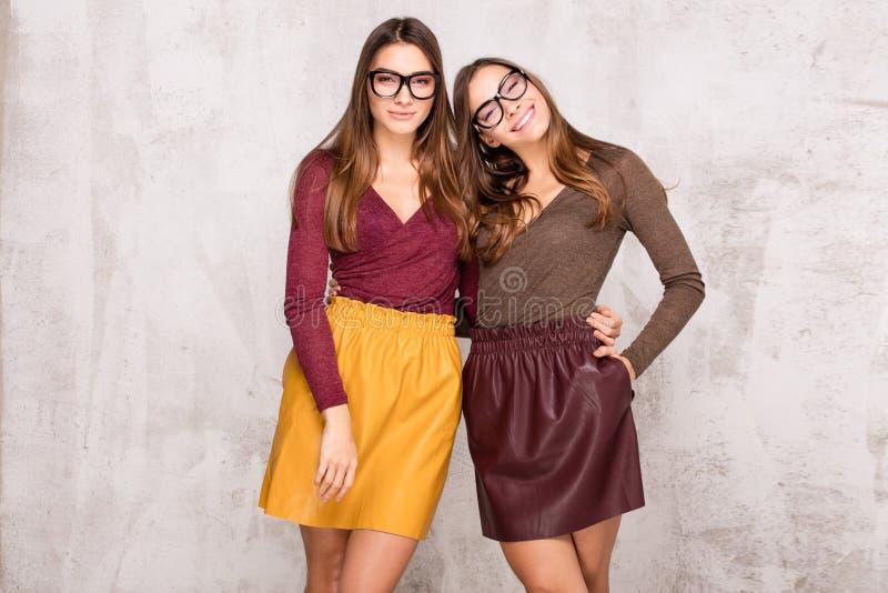 Gemelos hermosos de las hermanas con sonrisa asombrosa imágenes de archivo libres de regalías
