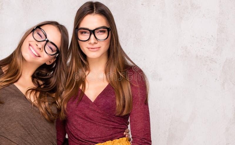Gemelos hermosos de las hermanas con sonrisa asombrosa fotografía de archivo