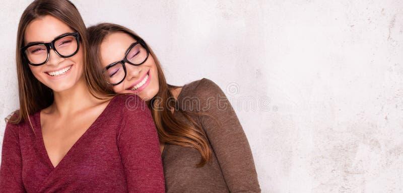 Gemelos hermosos sonrientes, estilo del otoño imagen de archivo