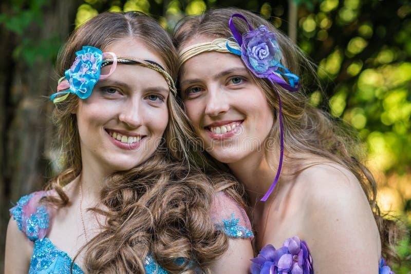 Gemelos sonrientes felices de las hermanas del retrato del primer fotos de archivo libres de regalías