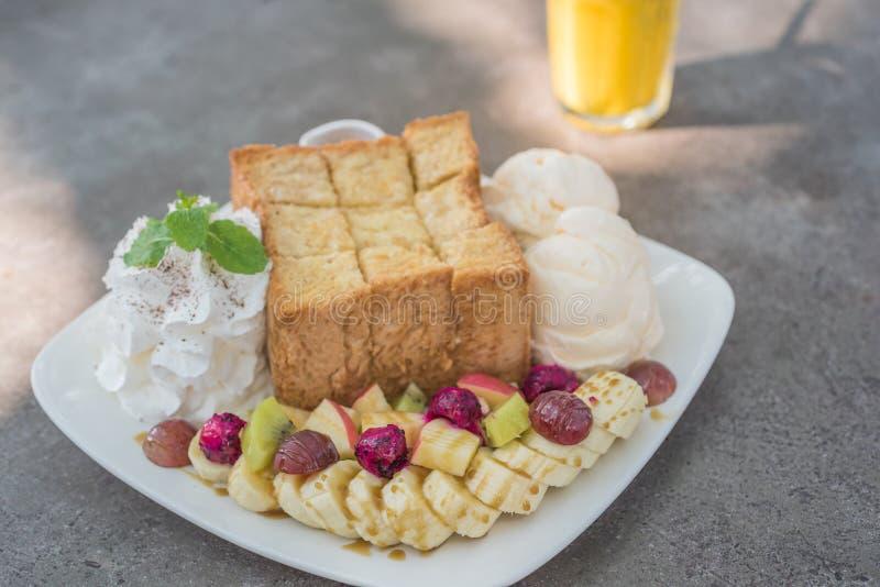 Gemengd fruit en Honey Toast met Roomijs stock foto's