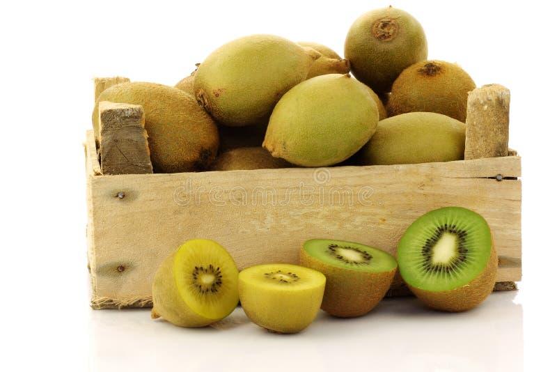 Gemengd kiwifruit in een houten krat stock foto's