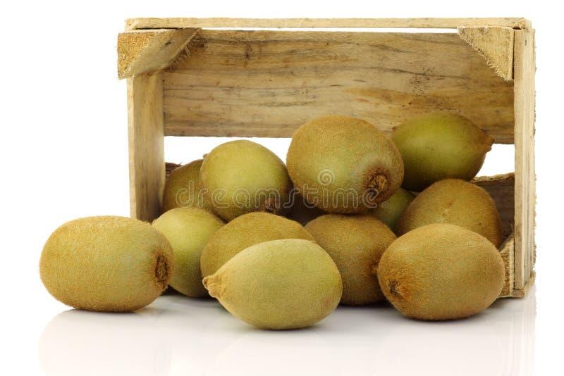 Gemengd kiwifruit in een houten krat stock afbeelding