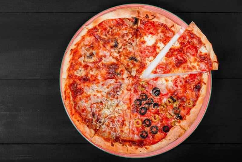 Gemengd pizza Italiaans voedsel met kip, tomaten, paddestoelen, ham, stock foto