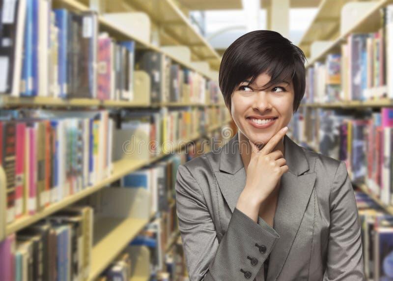 Gemengd Rasmeisje die aan de Kant in de Bibliotheek kijken royalty-vrije stock afbeelding