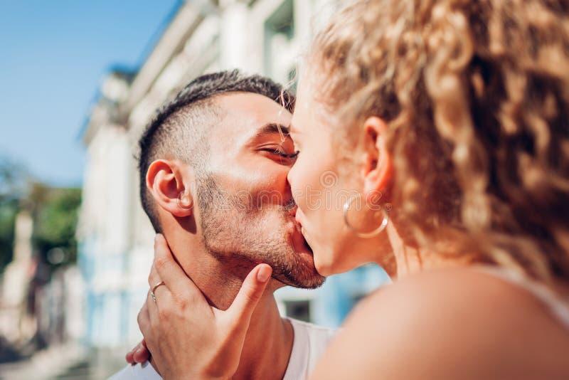Gemengd raspaar die in liefde in stad lopen Arabische en mens en zijn wit meisje die koesteren kussen stock fotografie