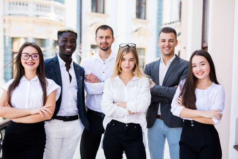 Gemengd team van bedrijfsmensen die hun ideeën in bureau bespreken royalty-vrije stock foto's