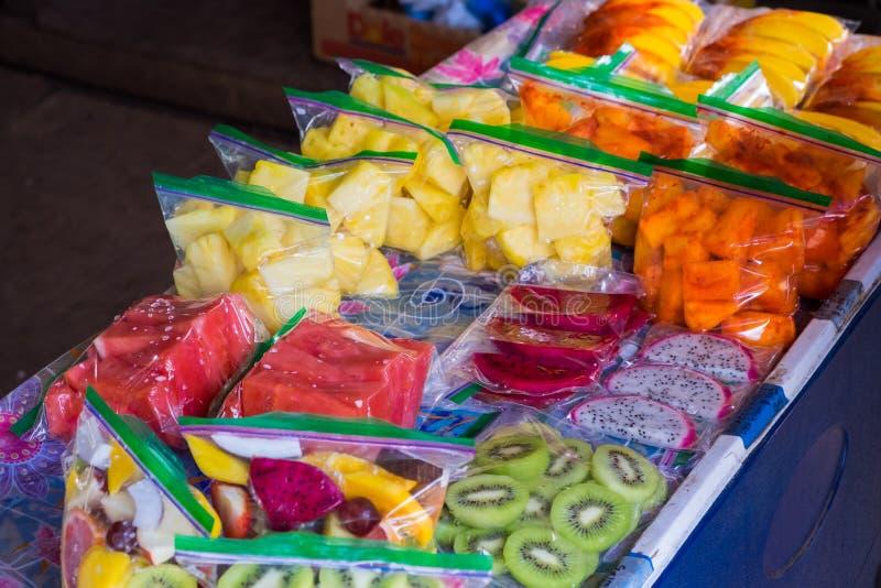 Gemengd Tropisch Fruit in Zakken bij Landbouwersmarkt in Hawaï stock foto's