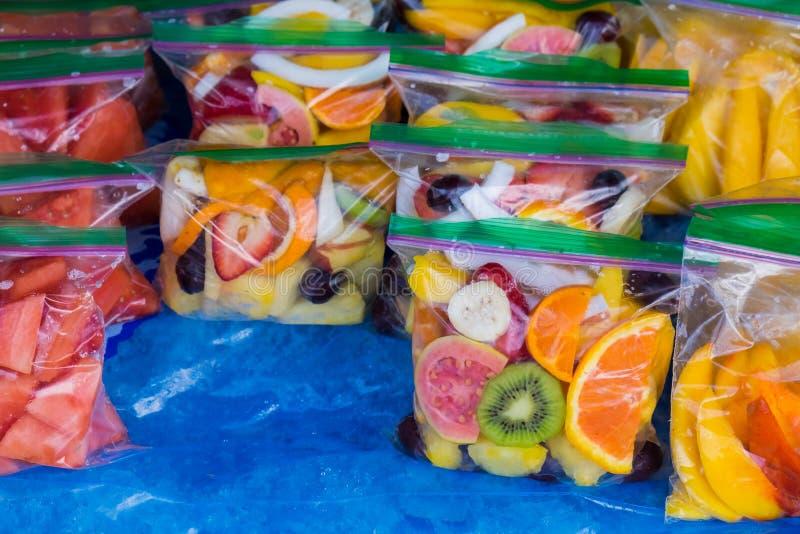 Gemengd Tropisch Fruit in Zakken bij Landbouwersmarkt in Hawaï royalty-vrije stock foto