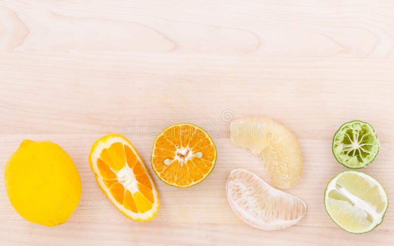 Gemengde citrusvruchtensinaasappelen, pompelmoes, citroen en kalk op houten royalty-vrije stock foto's