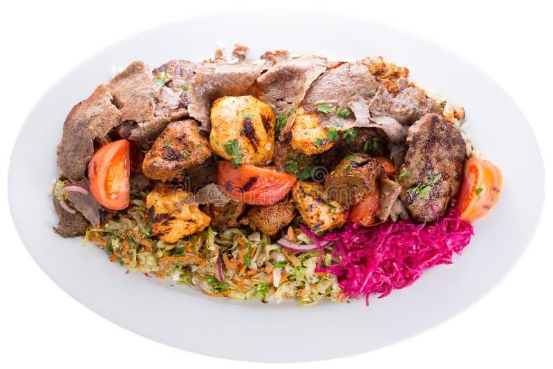 Gemengde die kebabs met groenten worden gediend stock foto's