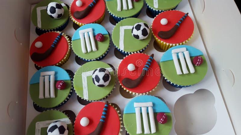 Gemengde doos sporten cupcakes, veenmolvoetbal en hockey stock foto