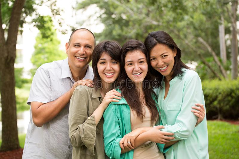 Gemengde en rasfamilie die lachen huging royalty-vrije stock foto
