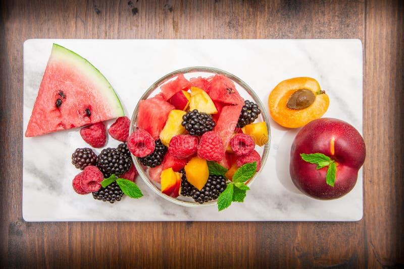 Gemengde fruitsalade met vers fruit stock foto's