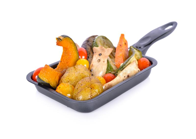 Gemengde geroosterde groente met zwarte peper in pan op witte backgr royalty-vrije stock foto