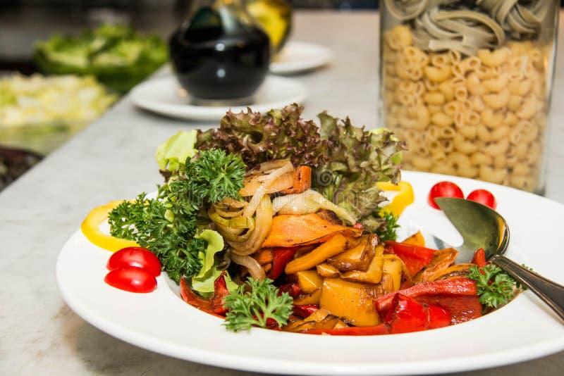 Gemengde Geroosterde verscheidenheden van plantaardige salade stock foto's
