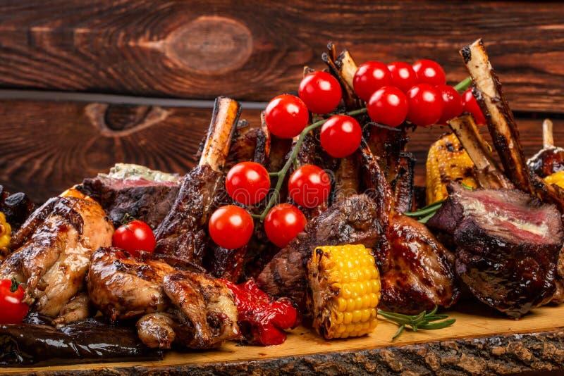 Gemengde Geroosterde vlees en groenten op houten achtergrond royalty-vrije stock afbeeldingen