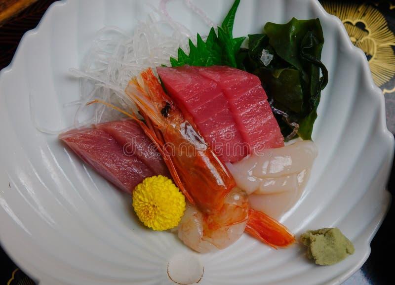 Gemengde gesneden vissensashimi op ijs in kom stock foto
