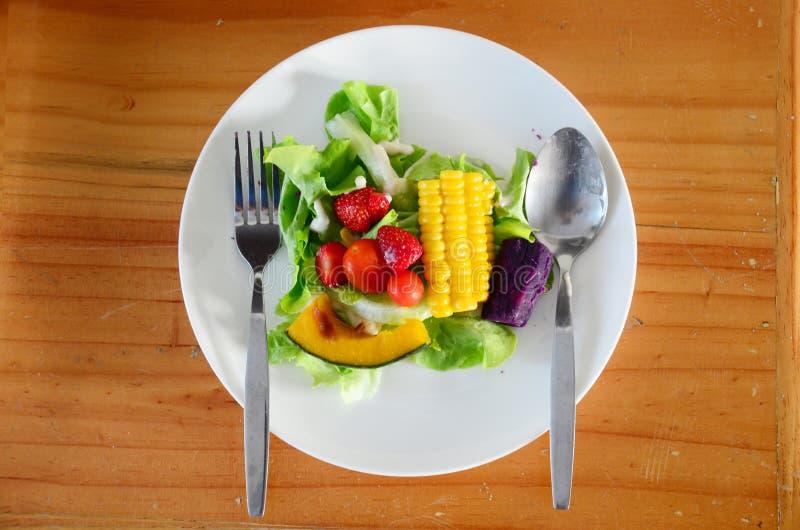 Gemengde groente en fruitsalade stock afbeeldingen