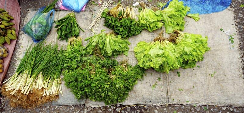Gemengde groenten bij lokale verse markt stock foto's