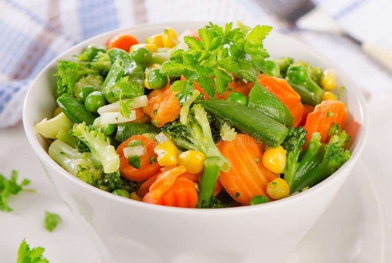 Gemengde groenten in een kom stock fotografie