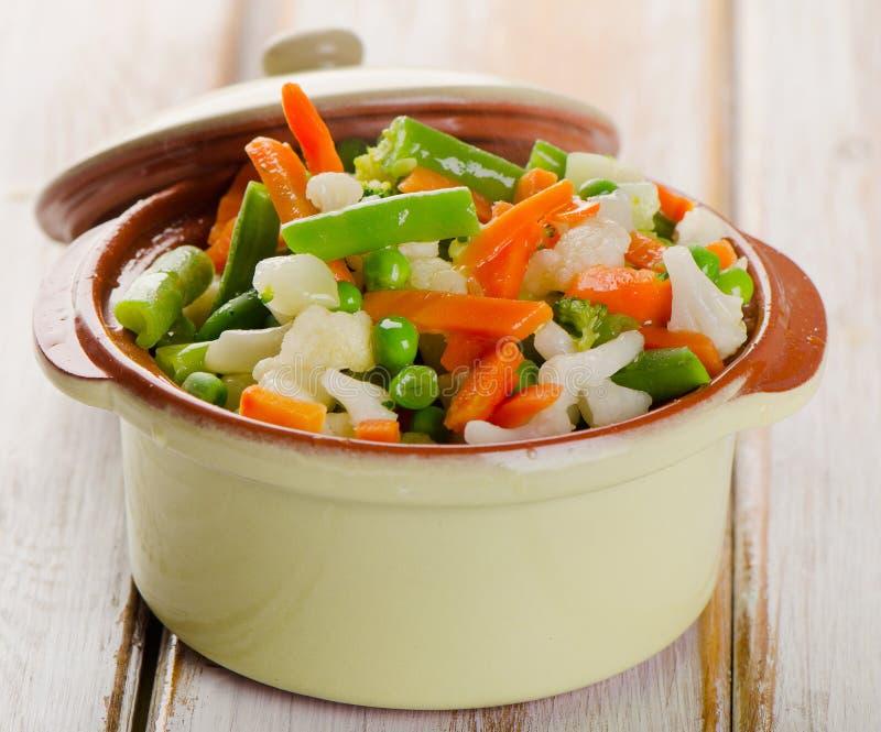 Gemengde groenten in groene kom royalty-vrije stock fotografie