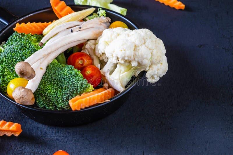 Gemengde groenten voor gezondheid op de lijst stock afbeelding