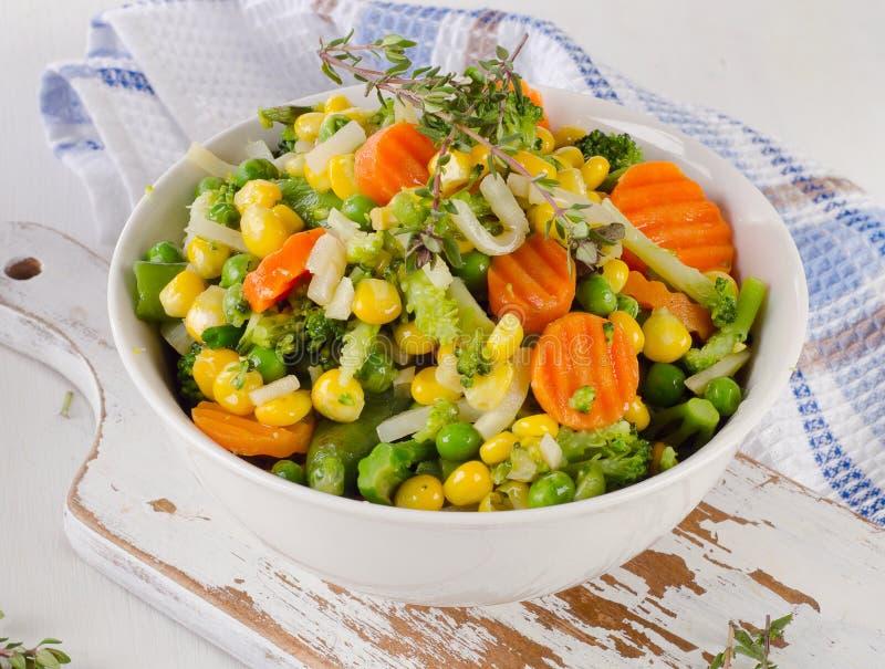 Gemengde groenten in witte kom royalty-vrije stock afbeeldingen