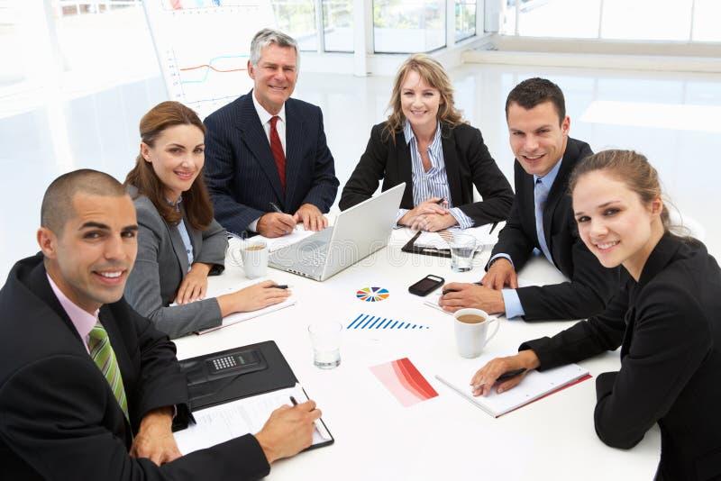 Gemengde groep in commerciële vergadering stock afbeeldingen