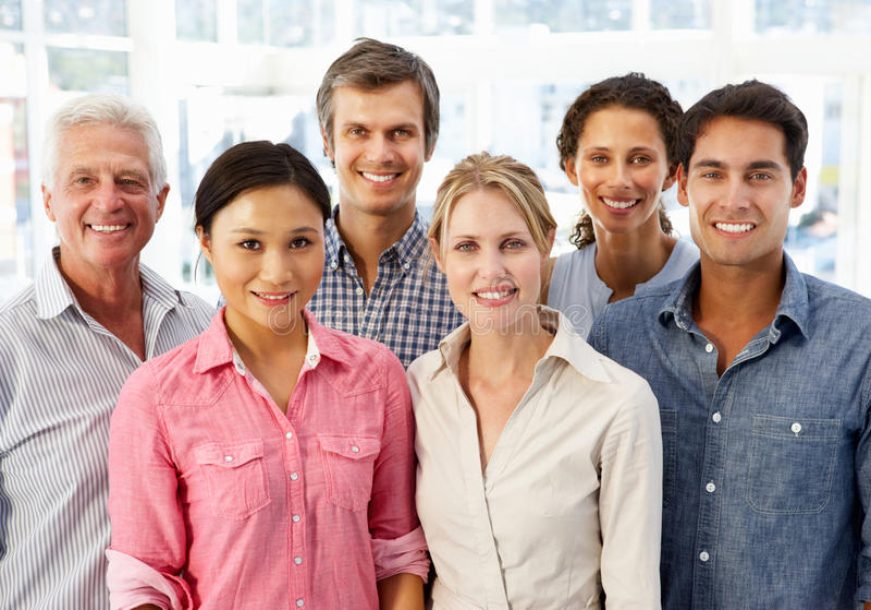 Gemengde groeps bedrijfsmensen in bureau stock foto