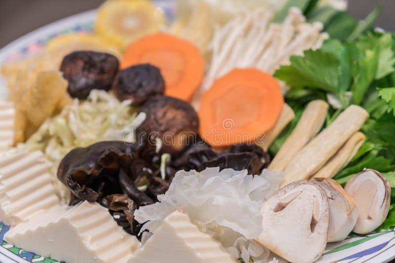 Gemengde hakkende groente op schotel stock afbeeldingen