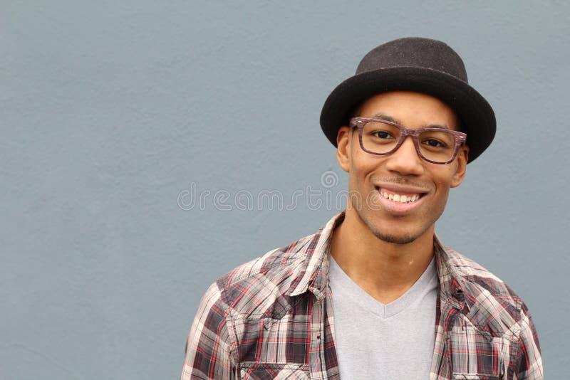 Gemengde het behoren tot een bepaald rasmens die hoed en glazenportret dragen stock foto's