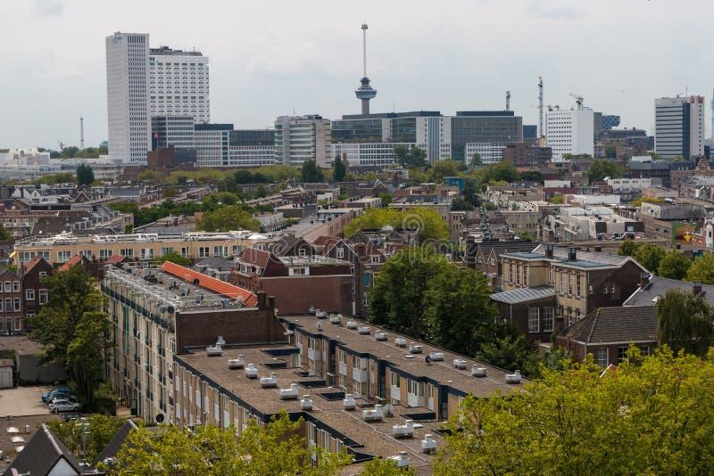 Gemengde klassieke architectuur van de blad stedelijke flatgebouwen van Rotterdam in voorgrond met moderne stads hoge stijging, l royalty-vrije stock fotografie