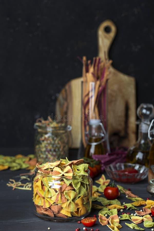 Gemengde kleurrijke farfalledeegwaren met fijngestampte groente stock fotografie