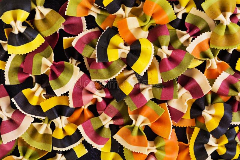 Gemengde kleurrijke farfalledeegwaren Vlak leg Hoogste mening royalty-vrije stock afbeeldingen