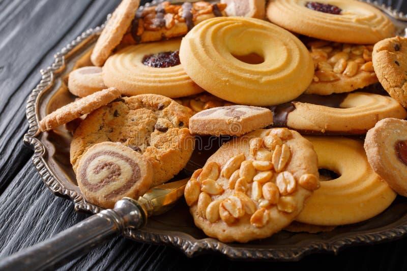Gemengde koekjes met chocolade, gelei en noten op de plaat, horiz royalty-vrije stock fotografie