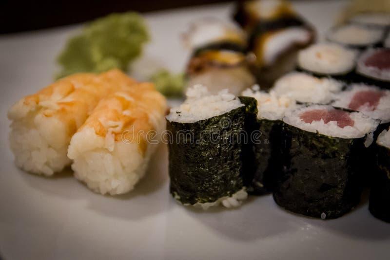 Gemengde maki en sushi bij het Japanse restaurant royalty-vrije stock fotografie