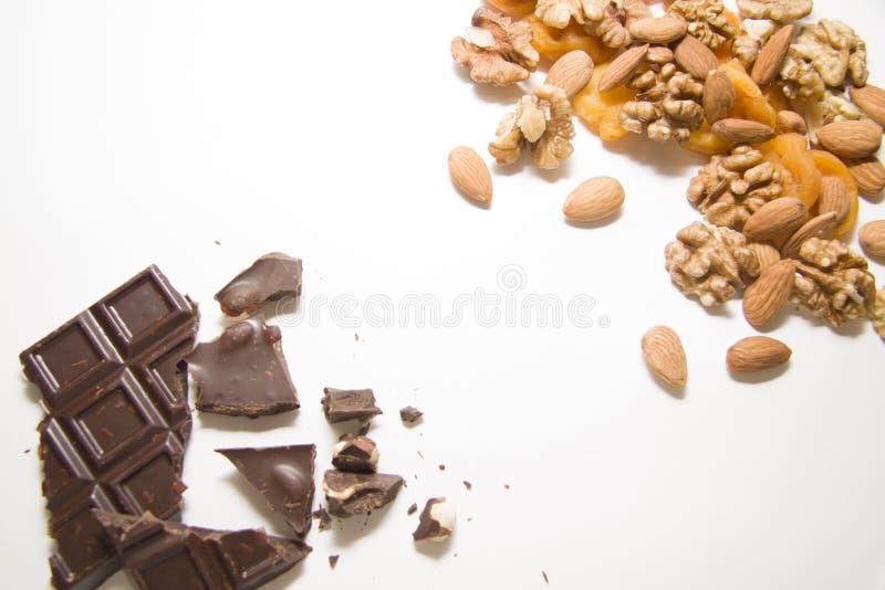 Gemengde noten met geverfte abrikozen en choco stock afbeeldingen