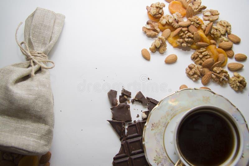 Gemengde noten met geverfte abrikozen en choco stock foto