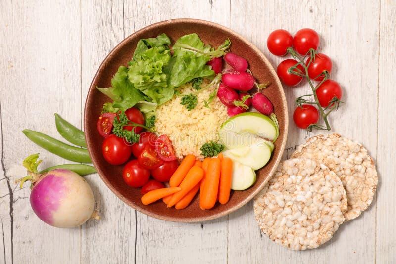 Gemengde plantaardige salademaaltijd stock afbeelding