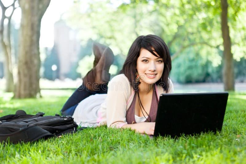 Gemengde rasstudent met laptop stock foto