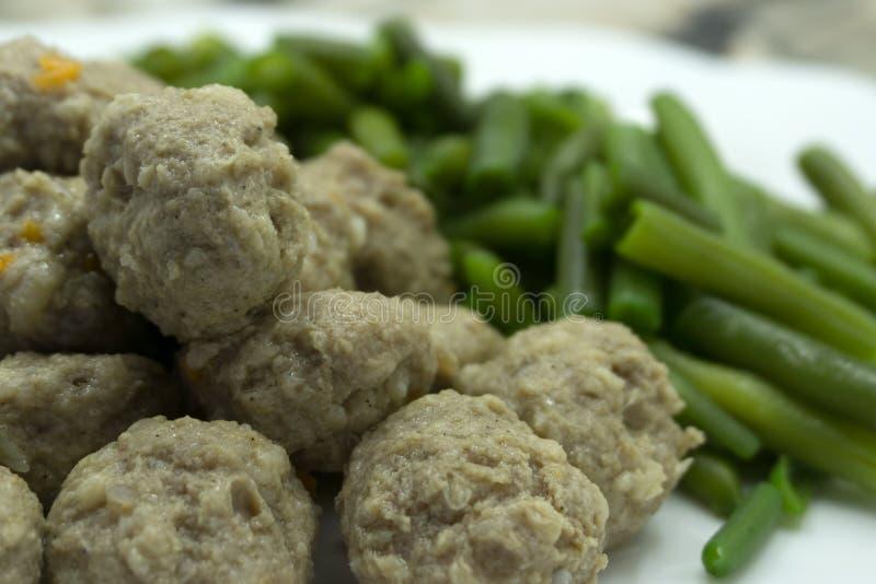 Gemengde salade met de vegetarische radijs van de vleesballetjesplak en sojaspruit stock afbeelding