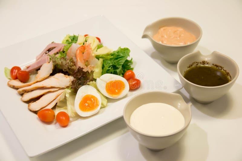 Gemengde salade met kip, ham, saus, en groente stock fotografie