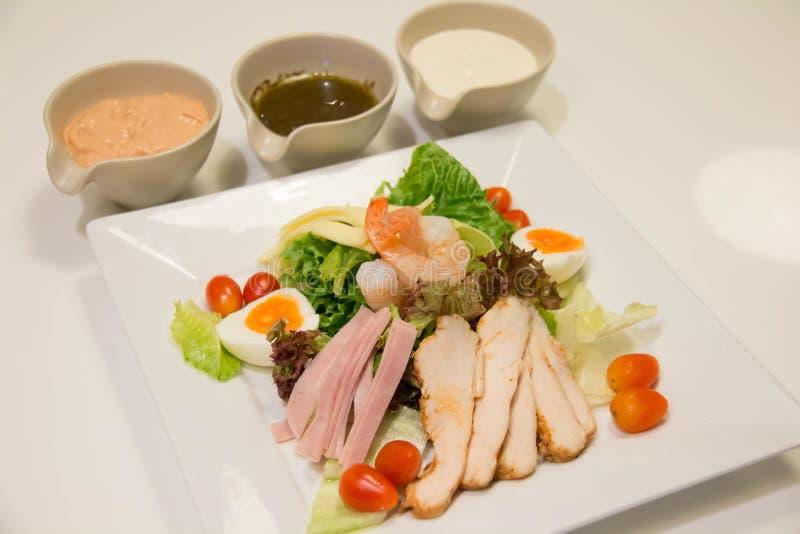 Gemengde salade met kip, ham, saus, en groente royalty-vrije stock foto's