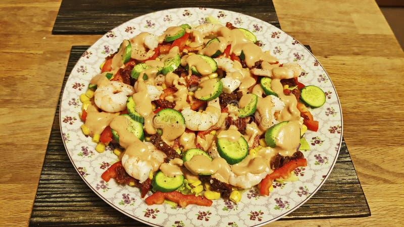 Gemengde salade van garnalen, komkommer, suikermaïs, droge tomaten stock afbeelding