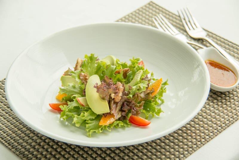 Gemengde saladegroente en saus stock afbeelding
