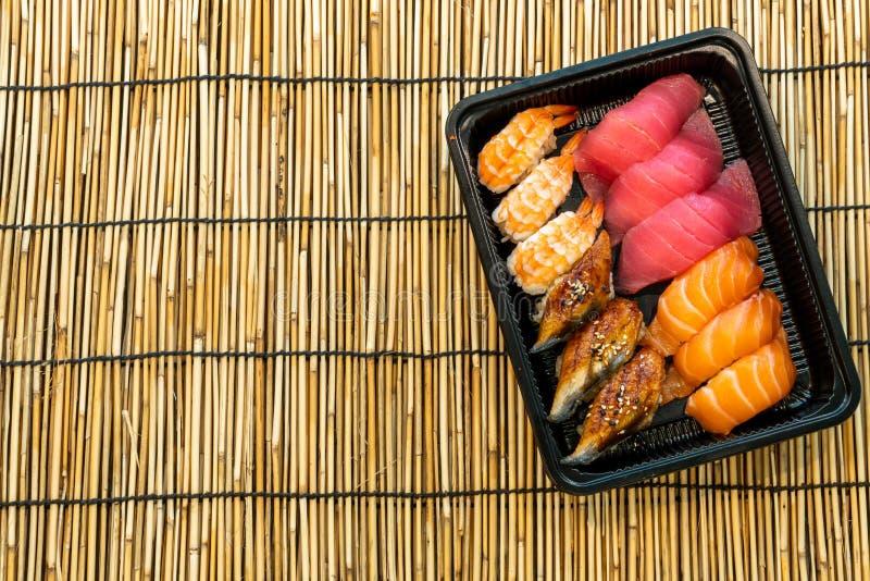 gemengde sushi geplaatst op zwarte doos stock fotografie