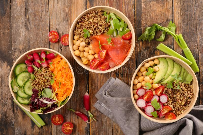 Gemengde vegetarische salade met komkommer royalty-vrije stock afbeeldingen